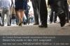 uea01pv-s13-09-menschen-laufen-aussen-weg-kleid-blau-gut