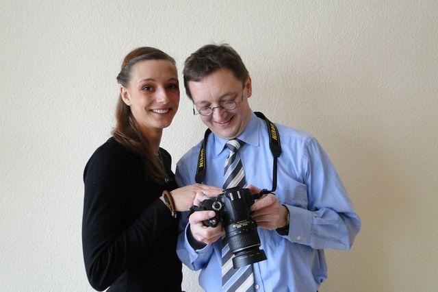 Titelbild: Jules Levin betrachtet mit Peter Gaß Fotos auf der Kamera. Foto: Peter Vonhof