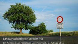 """Titelbild Agribusiness Fotoalbum """"Landwirtschaftlicher Verkehr frei"""". Foto: Peter Gaß"""