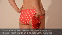 Titelbild Diskutiert, 3. Quartal 2020: Am Strand mit Bikini und Mund-Nasen-Schutz. Foto: Peter Gaß
