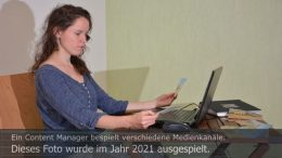 Titelbild Ausgespielt 2021: Susann schaut sich ausgespielte Inhalte an. Foto: Peter Gaß