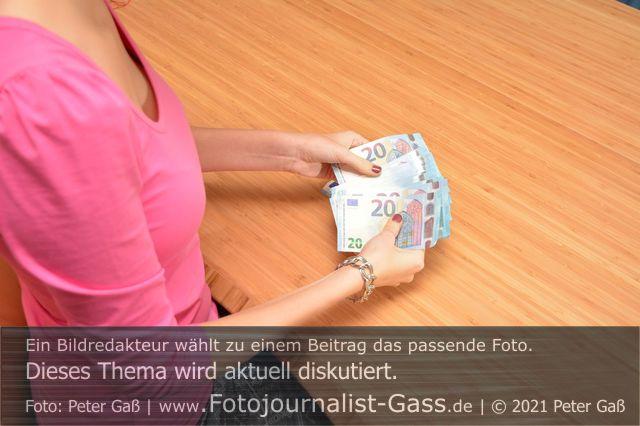 Titelbild Diskutiert, aktuell: Nun sind auch Kleinsparer von Negativzinsen betroffen. Foto: Peter Gaß