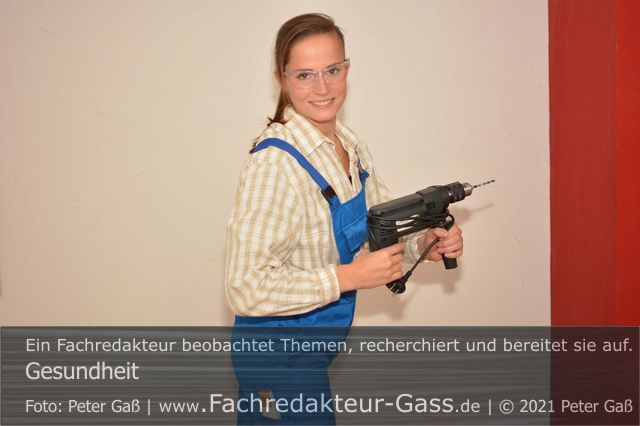 Gesundheit: Bei Heimwerkertätigkeiten sollte eine Schutzbrille getragen werden. Foto: Peter Gaß