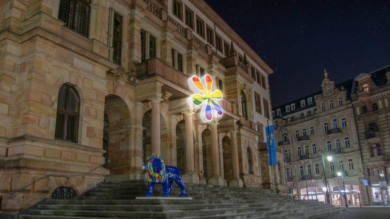 Wiesbaden: Weihnachtsdeko à la Grüne: Genderstern am Rathaus. Foto/Collage: Bündnis 90 / Die Grünen, Kreisverband Wiesbaden